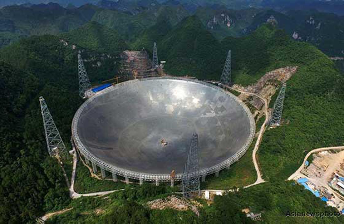 จานรับสัญญาณคลื่นวิทยุจากนอกโลก FAST Radio Telescope (Five hundred meter Aperture Spherical Telescope) ของจีน ที่กำลังพัฒนาขึ้น เพื่อมาสนับสนุนในภารกิจตามหาสัญญาณแรกจากต่างดาว