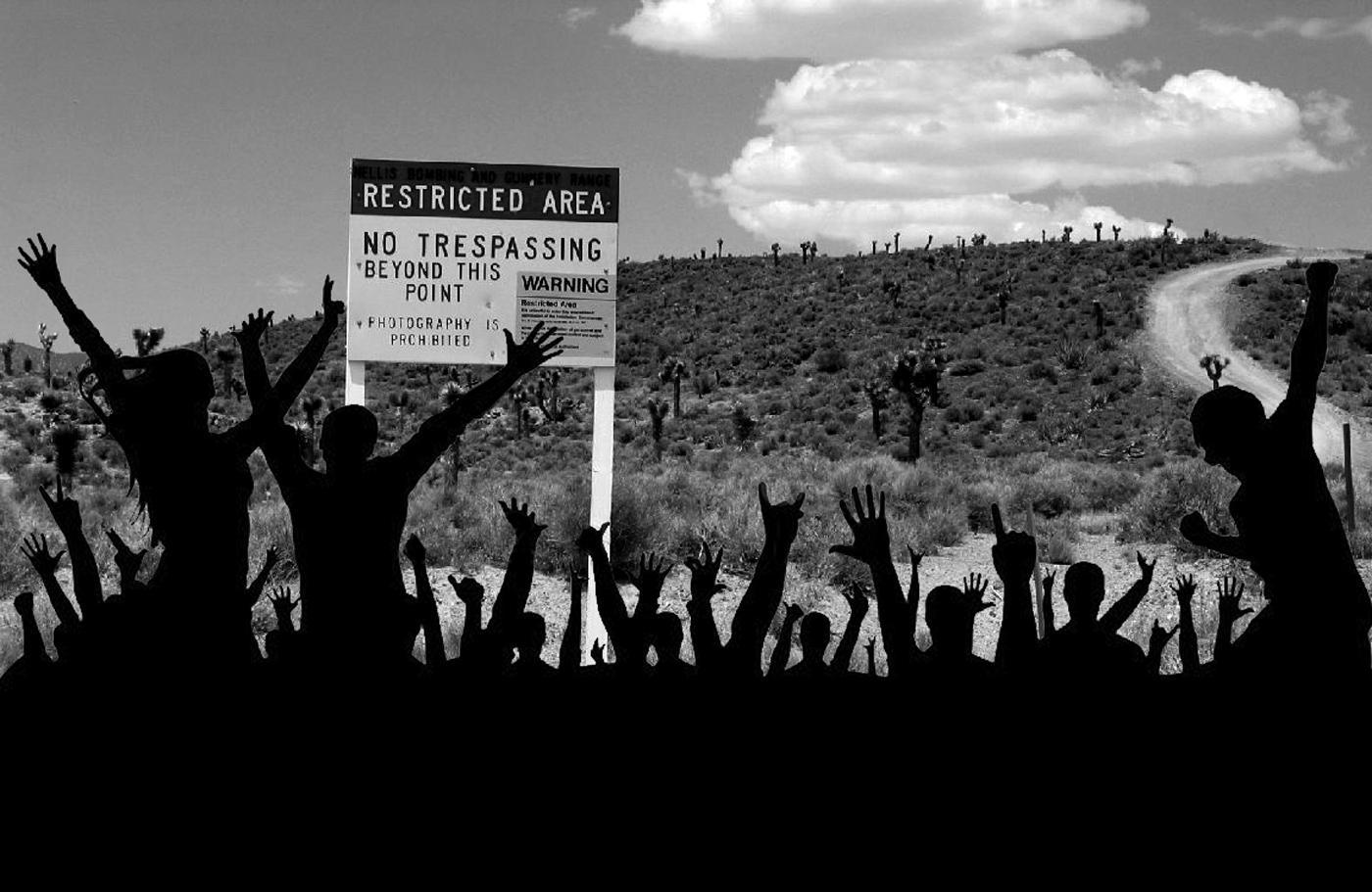 Illustrazione di una folla che si precipita nell'area 51